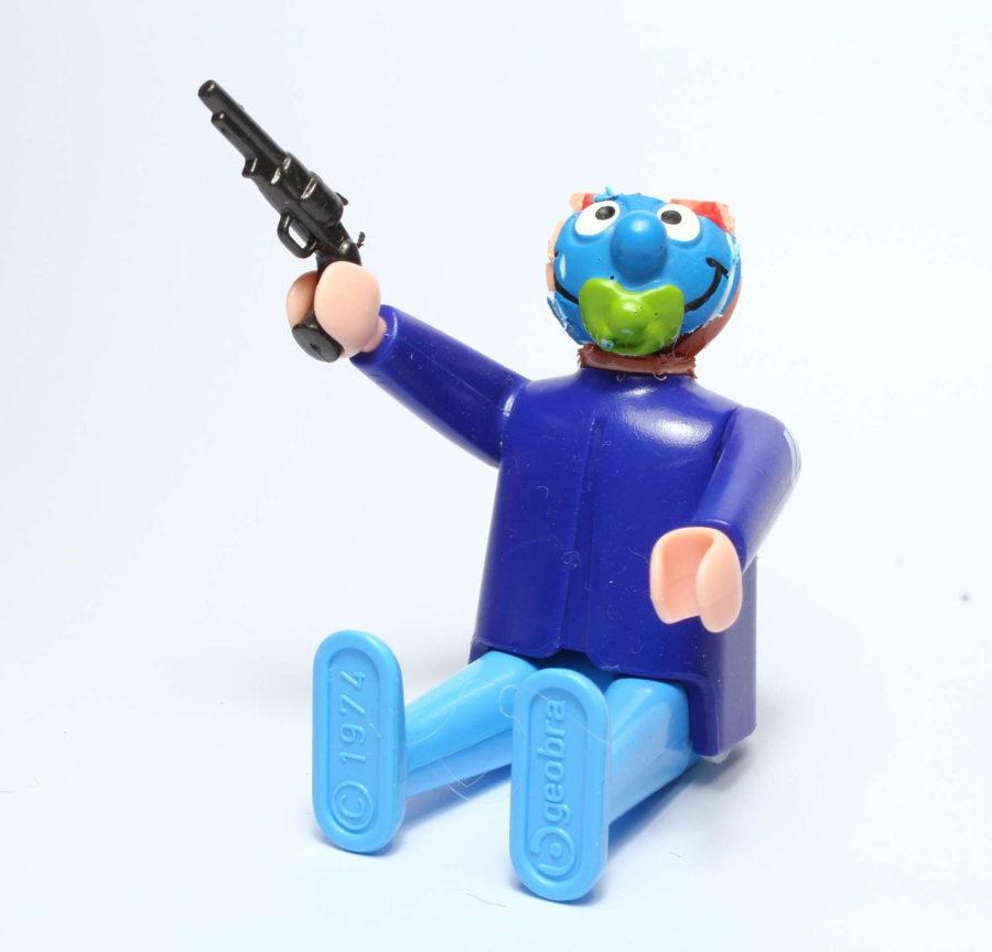 corinnawagner_playmobilschlumpf-mit-pistole